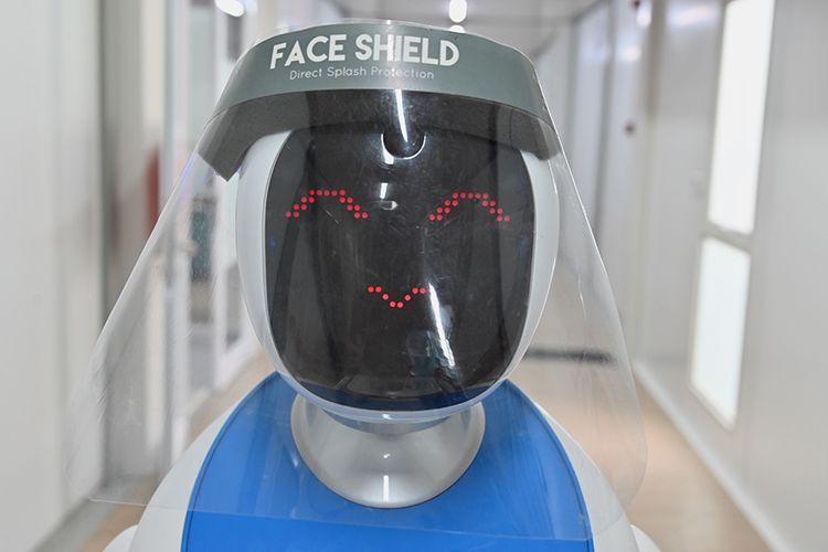Robot Amy mengenakan pelindung wajah (face shield) saat simulasi membantu petugas medis dalam menangani pasien virus corona (Covid-19) di Rumah Sakit Pertamina Jaya (RSPJ), Jakarta, Kamis (16/4/2020). RSPJ mengerahkan dua robot untuk membantu petugas medis menangani pasien Covid-19.