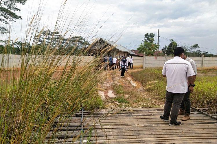 Pagar pembatas jalan tol yang terbuat dari beton dibongkar warga untuk akses jalan di seksi I Tol Balikpapan – Samarinda, Selasa (23/2/2021).
