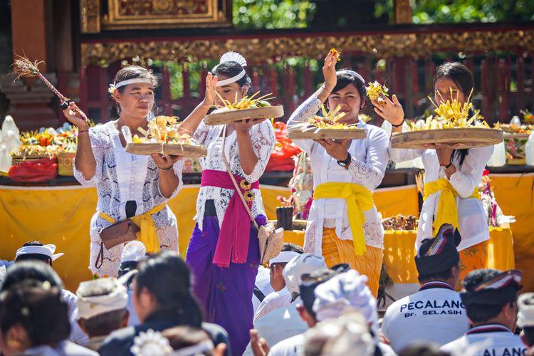 Ilustrasi melakukan rangkaian ritual di Pura Tirta Empul.