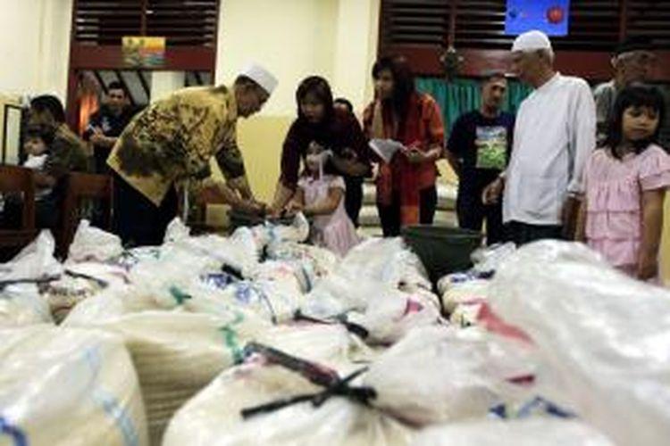 Warga memberikan Zakat Fitrah ke pengurus Masjid Jami Al Ma'mur, Cikini, Jakarta Pusat, Sabtu (19/9). Zakat Fitrah merupakan zakat diri yang diwajibkan atas diri setiap individu lelaki dan perempuan muslim yang berkemampuan dengan syarat-syarat yang ditetapkan dan dibayarkan sebelum Shalat Idul Fitri berlangsung.