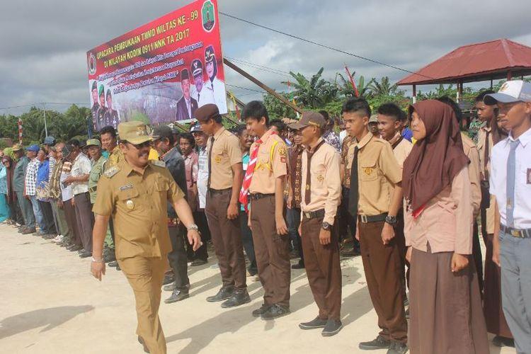 Pelajar di wilayah perbatasan Kecamatan Sebatik, Kabupaten Nunukan, mengikuti upacara pembukaan TNI Manunggal Masuk Desa (TMMD) ke-99 pada tahun 2017.
