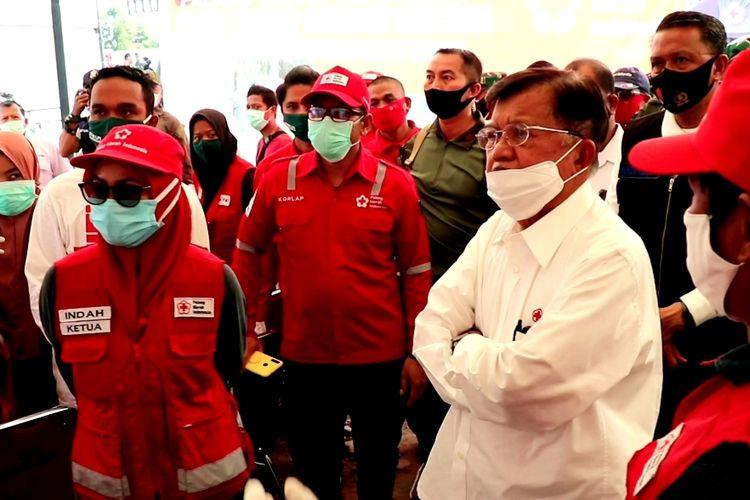 Ketua Umum Palang Merah Indonesia (PMI) Jusuf Kalla meninjau pemukiman warga yang terdampak banjir bandang di Desa Radda dan Kota Masamba, Luwu Utara, Kamis (23/07/2020).