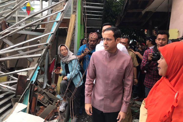 Menteri Pendidikan dan Kebudayaan (Mendikbud) Nadiem Makarim meninjau SDN 02 Cirimekar, Cibinong, Kabupaten Bogor, Jawa Barat Senin (6/1/2020) pagi. SDN 02 Cirimekar rusak berat karena hujan deras yang mengguyur wilayah Jakarta, Bogor dan sekitarnya yaitu pada Selasa (31/12/2019) dan Rabu (1/1/2020).
