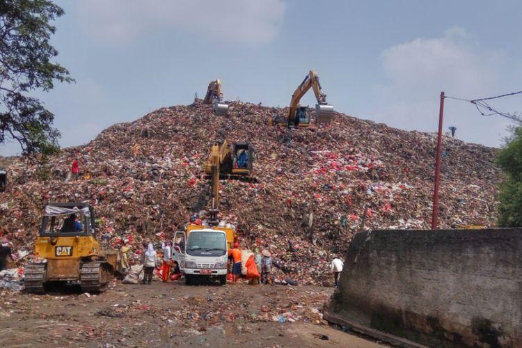 Suasana di Tempat Pengolahan Akhir (TPA) sampah di Cipayung, Depok, Selasa (15/8/2017). Sehari sebelumnya, para sopir dan kernet truk sampah mengadakan aksi unjuk rasa disertai mogok kerja di tempat ini. Aksi dilatarbelakangi tuntutan untuk mendapatkan gaji 13.