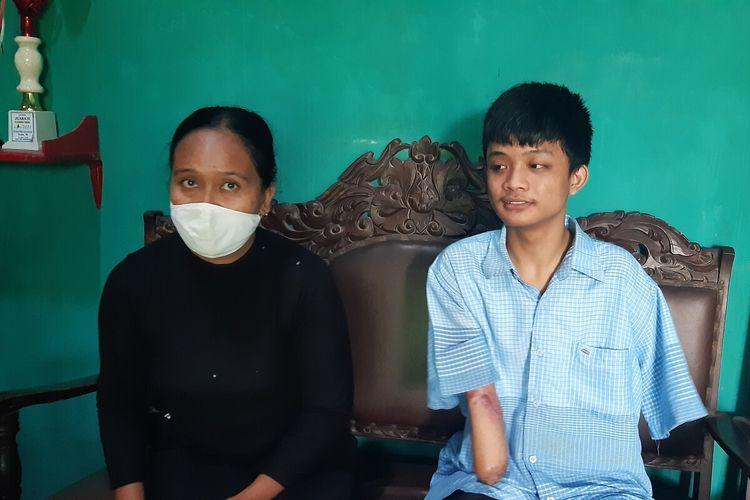 Alfian Fahrul Nabila (18), pelajar salah satu SMK di Klaten kedua tangannya harus diamputasi setelah tersetrum listrik saat memasang jaringan wifi. Alfian didampingi ibunya Tri Ismani di rumahnya, Rabu (3/3/2021).