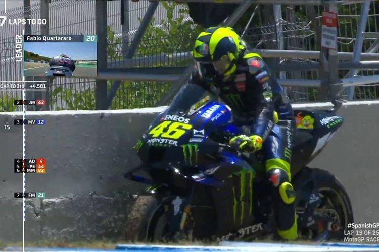 Valentino Rossi menepikan motornya setelah mengalami masalah teknis di GP Spanyol 2020