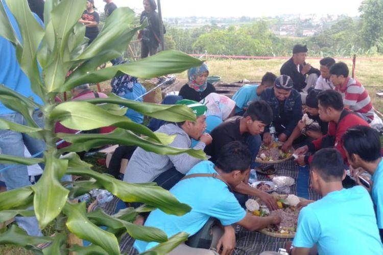 Warga santap nasi liwet dalam tradisi Gembrong Liwet di Desa Citali, Pamulihan, Sumedang, Jawa Barat, Rabu (1/4/2019). AAM AMINULLAH/KOMPAS.com