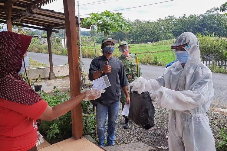 Petugas KPPS didampingi dua saksi dan satu linmas jemput bola menyambangi rumah warga yang terpapar Covid-19 untuk menyalurkan hak pilih di Desa Karanggambas, Kecamatan Padamara, Purbalingga, Jawa Tengah, Rabu (9/12/2020).