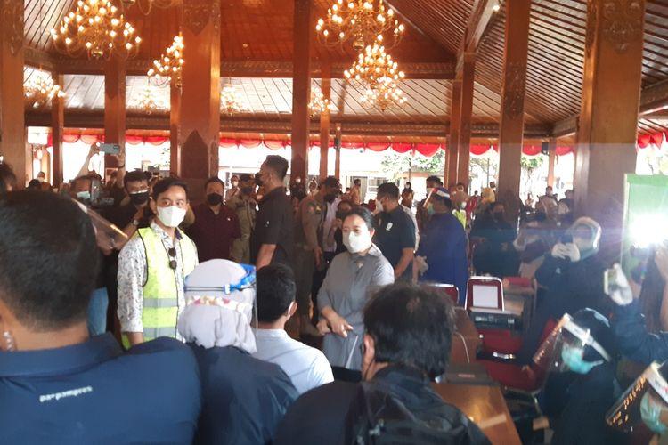 Ketua DPR RI Puan Maharani didampingi Wali Kota Solo Gibran Rakabuming Raka meninjau pelaksanaan vaksinasi Covid-19 di Pendapi Gede Kompleks Balai Kota Solo, Jawa Tengah, Sabtu (12/6/2021).