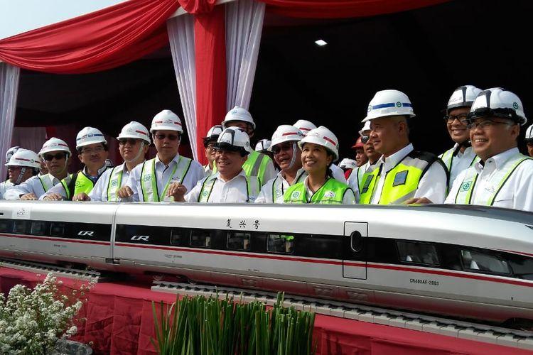 Menteri BUMN Rini M Soemarno menghadiri prosesi peletakan girder pertama proyek Kereta Cepat Jakarta-Bandung di Cikarang, Senin (30/9/2019).