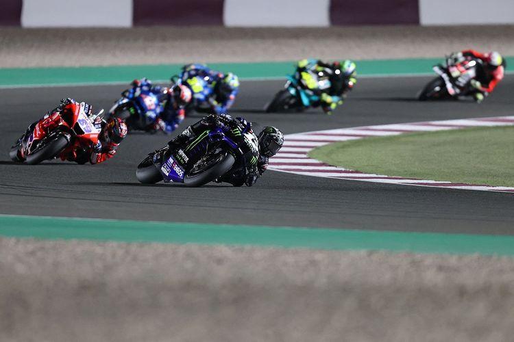 Pebalap Monster Energy Yamaha, Maverick Vinales (depan) pada balapan MotoGP Qatar 2021 di Losail International Circuit, di kota Lusail, pada 28 Maret 2021.