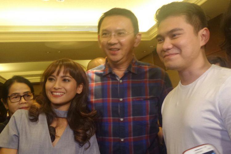 Calon gubernur DKI Jakarta Basuki Tjahaja Purnama bersama aktres Acha Septriasa, salah satu pemeran film Kartini, di Djakarta Theater XXI, Minggu (9/4/2017).