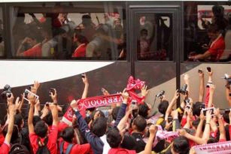 Para suporter menyambut kedatangan para pemain Liverpool di Bandara Udara Halim Perdanakusuma, Jakarta, Rabu (17/7/2013). Rencananya tim asal Inggris ini akan menjalani laga persahabatan dengan tim Indonesia di Stadion Utama Gelora Bung Karno pada Sabtu, 20 Juli 2013.