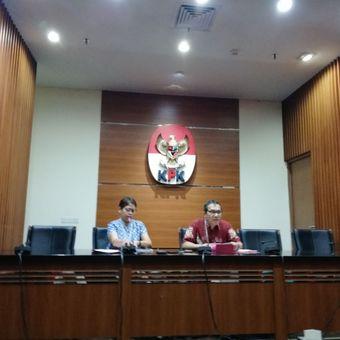 Ketua Pelaksana Harian Kabiro Humas KPK Yuyuk Andriati dan Wakil Ketua KPK Saut Situmorang dalam konferensi pers di gedung KPK, Jakarta, Rabu (11/4/2018)