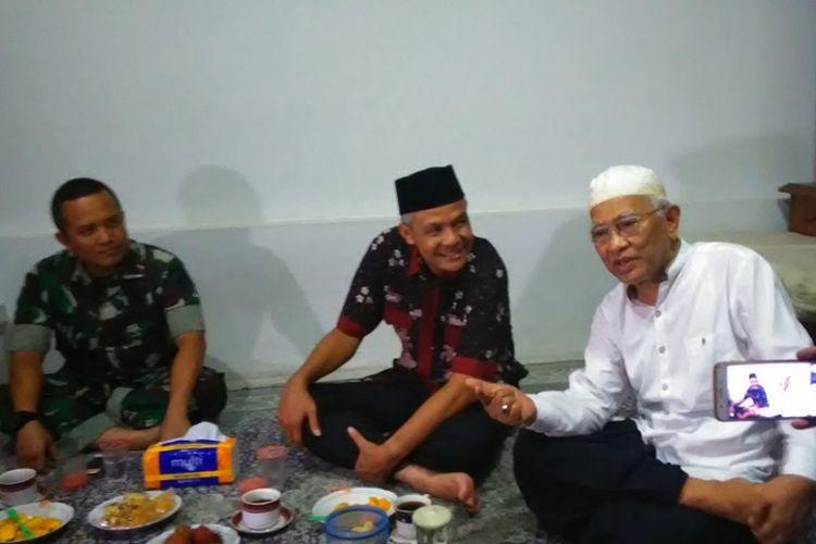 Gubernur Jateng Ganjar Pranowo mengunjungi tokoh Nahdlatul Ulama, KH Musthofa Bisri di Rembang, Rabu (22/11/2017) malam. Selain bersilaturahim, kunjungan Ganjar ke tokoh ulama di Jateng juga dilakukan untuk penyaluran bantuan dari hasil zakat para ASN di Pemprov Jateng.