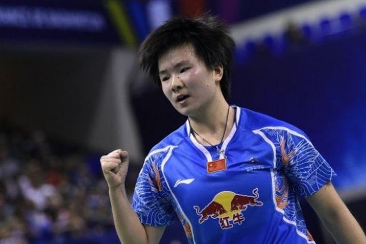 Pebulu tangkis tunggal putri China, He Bingjiao, merayakan kemenangan pada final Prancis Terbuka di Pierre de Coubertin stadium, Paris, 30 Oktober 2016.