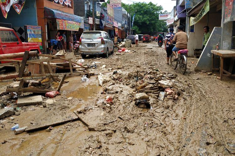 Perumahan Pondok Gede Permai, Jatiasih, Kota Bekasi masih tergenang lumpur di atas mata kaki orang dewasa, Jumat (3/1/2020) usai digempur banjir sejak Rabu (1/1/2020).
