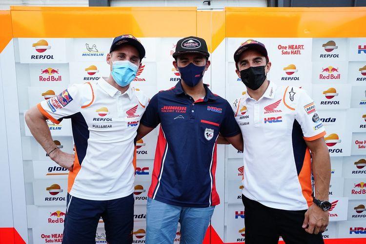 Pebalap Astra Honda Racing Team (AHRT), Mario Suryo Aji, bersama duo Repsol Honda Team, Marc Marquez dan Pol Espargaro, di Sirkuit Misano, Italia, Sabtu (19/9/2021)