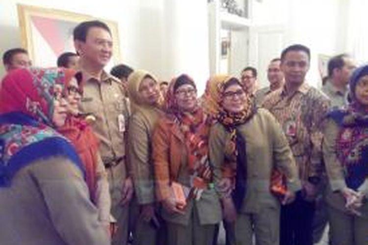 PNS DKI memanfaatkan momen halal bihalal untuk berfoto bersama dengan Gubernur DKI Basuki Tjahaja Purnama, Rabu (22/7/2015).