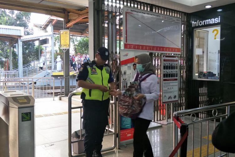 Petugas memeriksa tiket kertas penumpang yang akan naik KRL di Stasiun Tanjung Barat, Senin (23/7/2018).