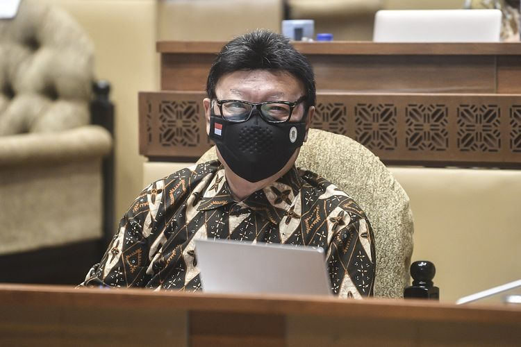 Menteri Pendayagunaan Aparatur Negara dan Reformasi Birokrasi (MenPAN-RB) Tjahjo Kumolo bersiap mengikuti rapat kerja bersama Komisi II DPR di Komplek Parlemen, Jakarta, Kamis (8/4/2021). Dalam rapat tersebut membahas mengenai pandangan pemerintah atas penjelasan DPR terkait RUU tentang ASN serta pembentukan Panja RUU tersebut. ANTARA FOTO/Muhammad Adimaja/rwa.