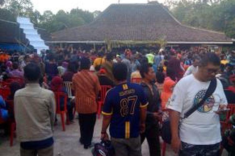 Ribuan warga menyaksikan prosesi siraman dalam pernikahan manusia dengan peri di Ngawi, Jawa Timur, Rabu (8/10/2014).
