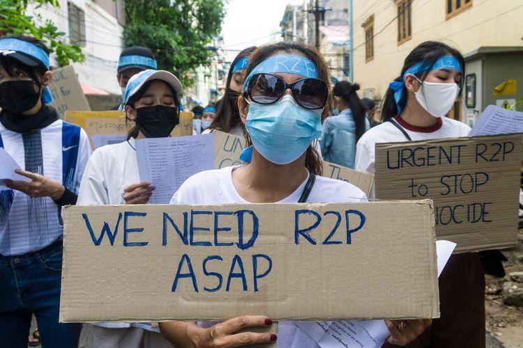 Para demonstran memegang tanda bertuliskan R2P atau Responsibility to Protect dalam demo menentang kudeta militer di Yangon, Myanmar, 12 April 2021. R2P adalah prinsip dan kesepakatan internasional yang bertujuan mencegah genosida, kejahatan perang, pemusnahan etnis, dan kejahatan terhadap kemanusiaan lainnya.