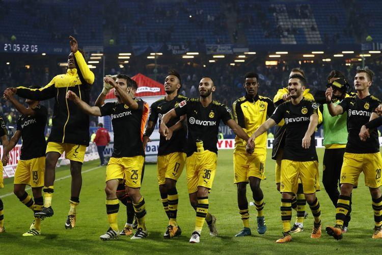 Para pemain Borussia Dortmund merayakan kemenangan atas Hamburg SV pada partai Liga Jerman di Volksparkstadion, Rabu (20/9/2017).