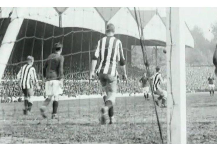 Pertandingan antara Arsenal dan Sheffield United yang disiarkan melalui radio dengan komentator pertama