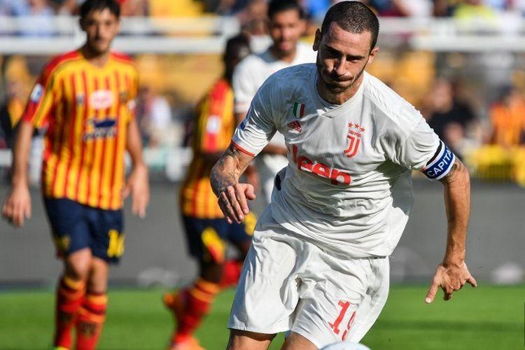 Leonardo Bonucci mencoba mengejar bola pada pertandingan Lecce vs Juventus dalam lanjutan Serie A Liga Italia di Stadion Via del Mare, 26 Oktober 2019.