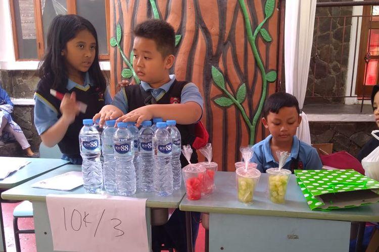 Sejumlah siswa SD Pelita Nusantara Bandung menjual berbagai barang bekas dari baju hingga sepatu serta makanan minuman. Hasil dari penjualan tersebut disumbangkan ke anak-anak panti asuhan.