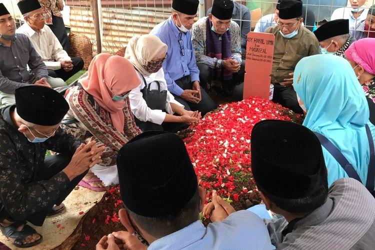 Keluarga korban jatuhnya pesawat Sriwijaya Air SJ-182 rute Jakarta - Pontianak, Asy Habul Yamin di pemakaman Asy Habul di Taman Pemakanan Umum (TPU) Tanah Kusir, Kebayoran Lama, Jakarta Selatan pada Kamis (14/1/2021) sore.