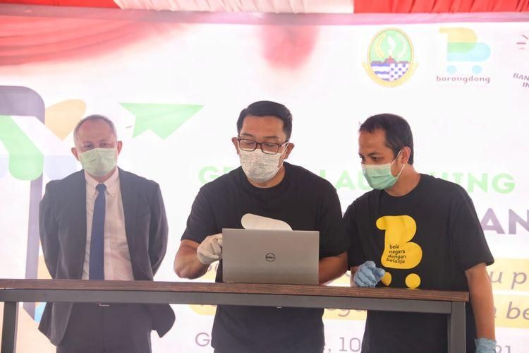 Gubernur Jabar Ridwan Kamil tengah mencoba berbelanja di marketplace borongdong.id