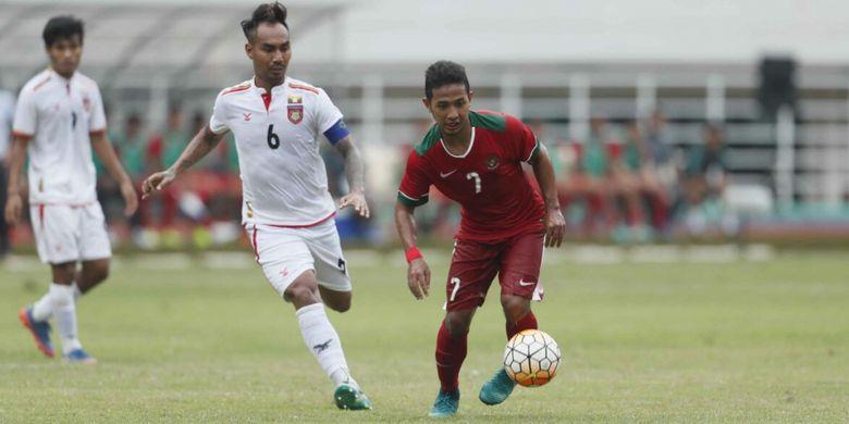 Gelandang timnas Indonesia U-22, Gian Zola, tengah menggiring bola saat melawan Myanmar dalam laga uji coba di Stadion Pakansari, Cibinong, Bogor, Selasa (21/2/2017).