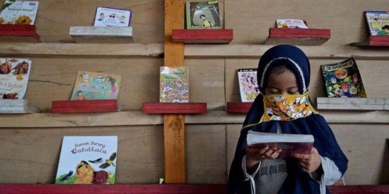 Saung baca di kawasan Garut Selatan tersebut dimanfaatkan sejumlah anak, pelajar, hingga mahasiswa untuk meningkatkan literasi membaca dan mengerjakan tugas sekolah di masa pembelajaran jarak jauh (PJJ).