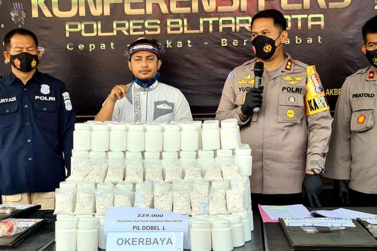 Satresnarkoba Polres Blitar Kota berhasil mengamankan 229.000 butir pil dobel L bernilai sekitar Rp 225 juta dari seorang tersangka pengedar, Jumat (30/4/2021)