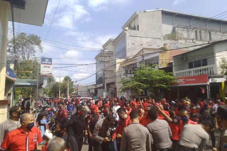 Kader PDIP Jember saat mendatangi kantor Mapolres Jember meminta polisi mengusut kasus pembakaran bendera