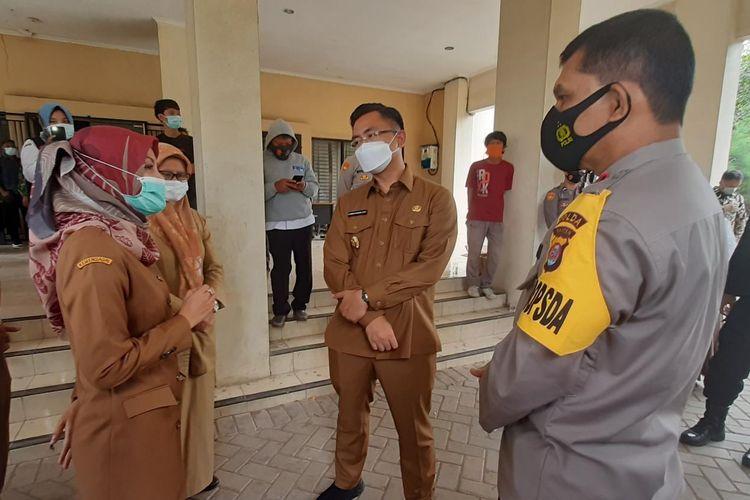 Kadinkes Banten dr Ati Pramudji Hastuti (kiri) saat berbincang dengan Wagub Banten Andika Hazrumy di Gedung Farmasi