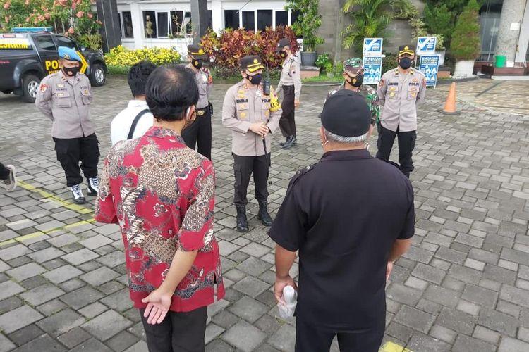 Petugas keamanan melakukan patroli ke tempat ibadah di Kota Salatiga.