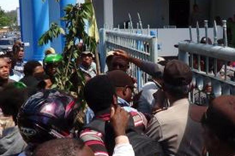Puluhan pencari kerja dihadang di depan pintu gerbang kantor Gubernur Papua Barat, saat menggelar aksi unjuk rasa mendesak pemerintah Provinsi Papua Barat untuk segera membuka pendaftaran penerimaan CPNS, Senin (7/10/2013).
