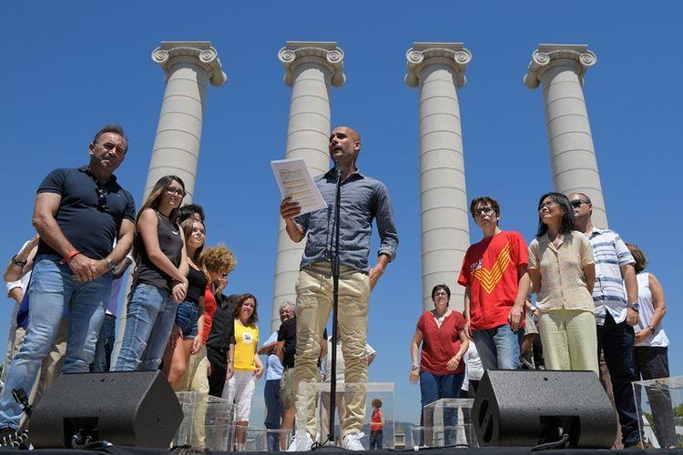 Pelatih Manchester City Pep Guardiola membacakan manifesto referendum Catalonia di Barcelona, Minggu (11/6/2017).