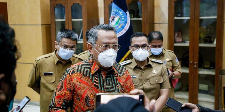 Wali Kota Tangsel Benyamin Davnie saat umumkan aturan baru PPKM level tiga sesuai press rilis di Pusat Pemkot Tangsel, Ciputat, Selasa (24/8/2021).