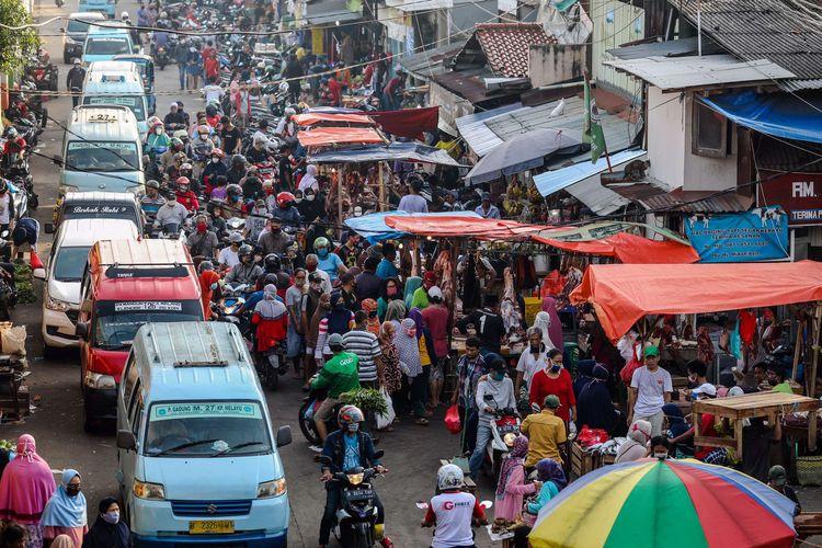 bWarga berbelanja kebutuhan lebaran di Pasar Klender, Jakarta Timur, Jumat (22/5/2020). Menjelang Hari Raya Idul Fitri 1441 H, pasar tradisional ramai dikunjungi warga meskipun dalam masa pandemi COVID-19, tanpa memperhatikan protokol kesehatan seperti memakai masker dan menjaga jarak.