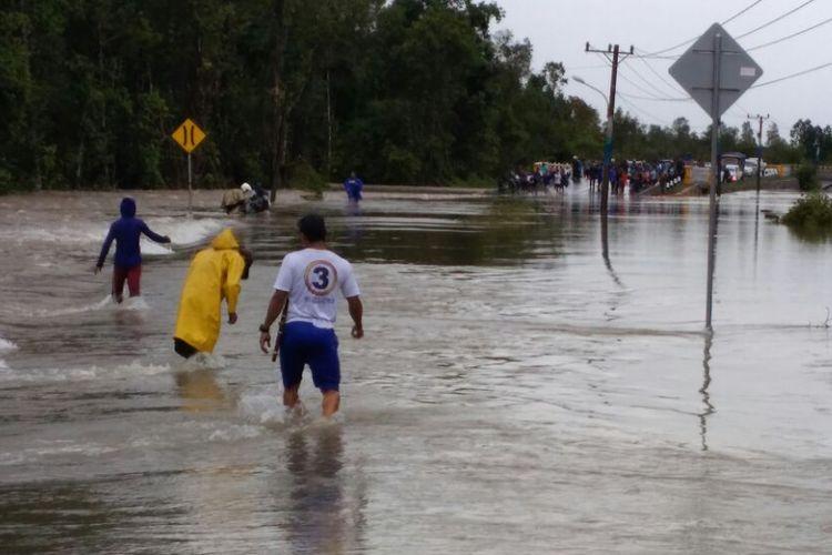 Banjir merendam permukiman dan ruas jalan utama di Belitung Timur, Kepulauan Bangka Belitung, Sabtu (15/7/2017).