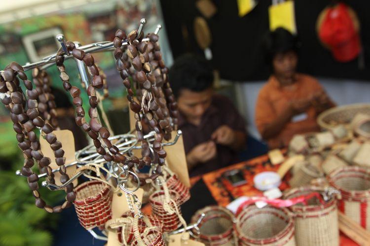 Hasil kerajinan tangan berupa kalung dan gelang sebalik sumpah produksi kelompok UMKM Orang Rimba binaan KKI Warsi