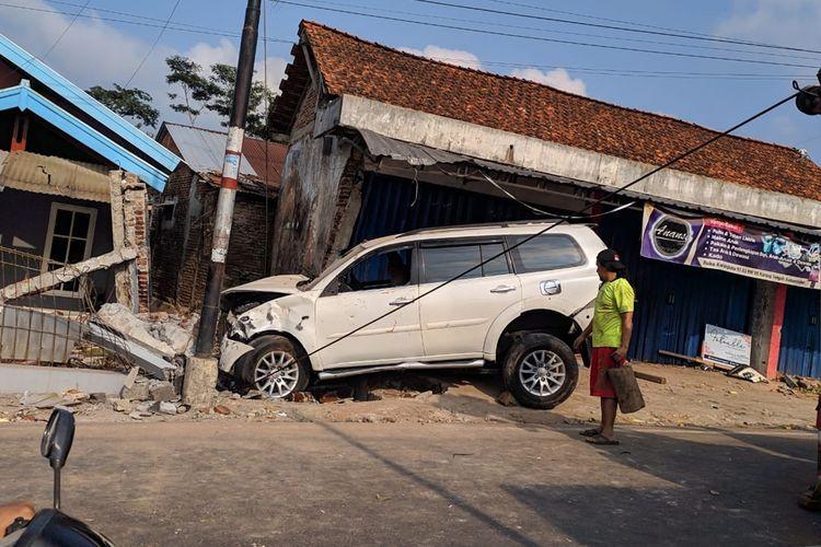 Mobil Pajero dengan nomor polisi B 2015 UBC menabrak rumah di Jalur Baturraden, Kabupaten Banyumas, Jawa Tengah, Kamis (26/9/2019).