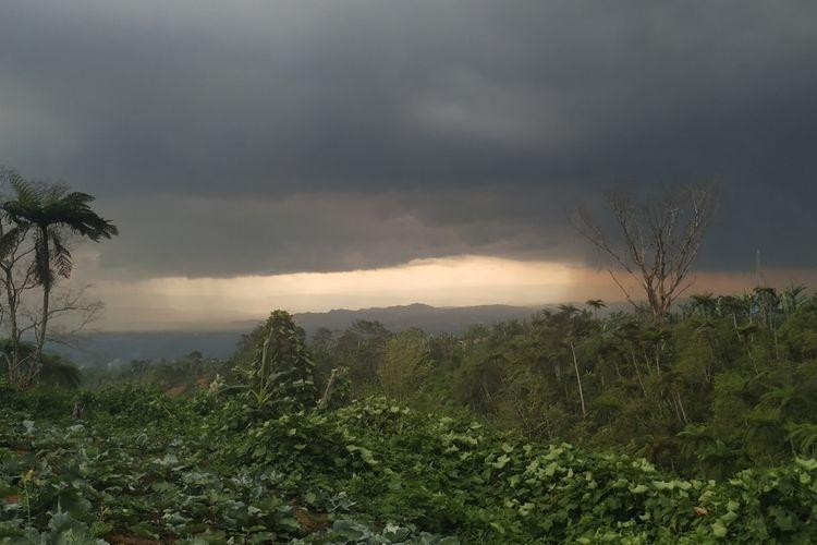 Awan hitam menggelayut di wilayah Sukabumi, Jawa Barat, Rabu (11/12/2019). Foto diambil daei perkebunan teh Perbawati, kecamatan Sukabumi.