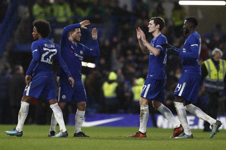 Selebrasi penyerang Chelsea, Eden Hazard (kedua dari kiri), seusai mencetak gol kemenangan dalam drama adu penalti menghadapi Norwich City dalam laga ulangan ronde ketiga Piala FA 2017-2018 di Stadion Stamford Bridge, London, Inggris, pada Rabu (17/1/2018).