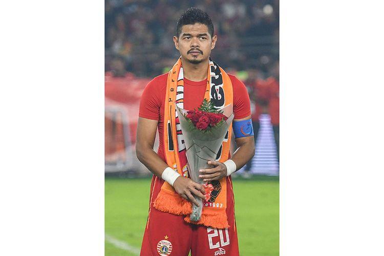 Pesepak bola Persija Jakarta Bambang Pamungkas  membawa bunga usai melawan Persebaya Surabaya dalam lanjutan Liga 1 di Stadion Utama Gelora Bung Karno (GBK), Jakarta, Selasa (17/12/2019). Dalam laga tersebut Bambang Pamungkas mengakhiri karirnya di sepak bola sebagai pemain.
