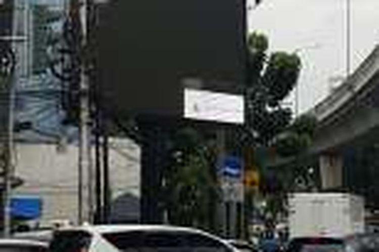 Videotron di perempatan Mabua, Kebayoran Baru yang dimatikan setelah terlihat menayangkan film porno, Jumat (30/9/2016).